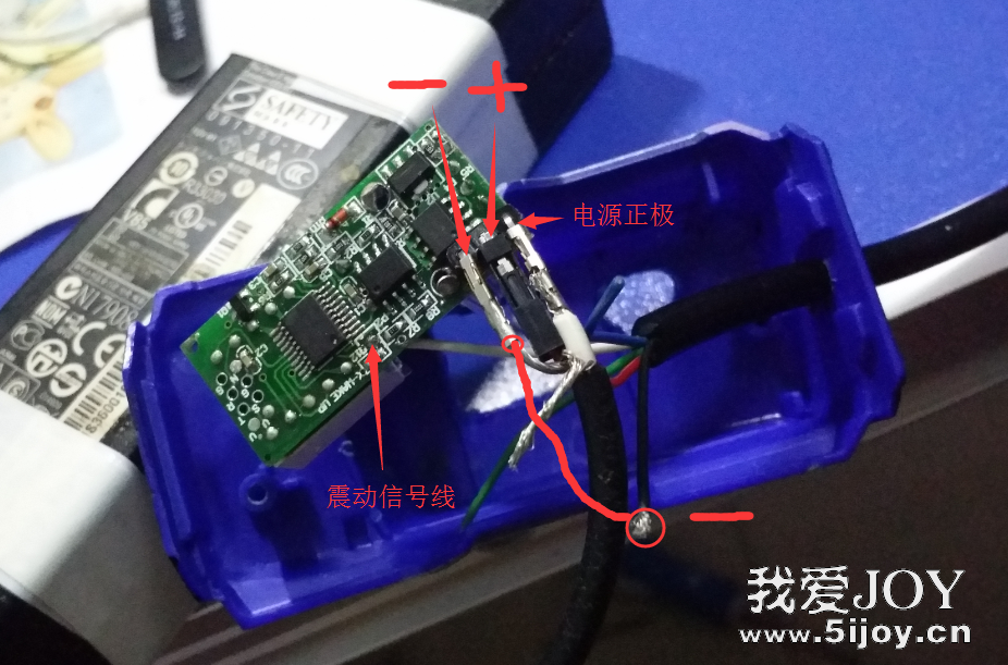 上半年入的白菜白光T12烙铁套件做好服役几个月后,转让出去入了这个Mini数显版,写个小小的制作过程吧。 原来的616控制板的白光制作花了半天心血才组装焊接完成。  19V 3.4A的笔记本电源,又窄又长,拆壳不得法弄了好长时间才搞定,但发现内部空间太小,控制板无法内置,只好另找了个电动自行车的充电器外壳把它们都装在一起,增加一个220V开关,另一边开航空插和旋钮的孔,装起来就是一个白菜白光T12烙铁焊台啦,尽管有点大,样子还是过的去。  如今这个已成过去式了,只剩电源还在,其他的都到别人手上了,所以再用